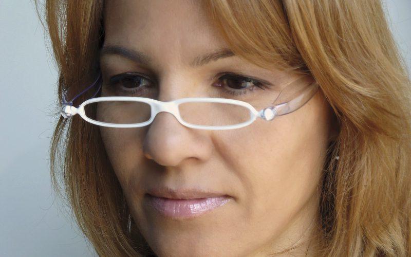 Białe oprawki okularów